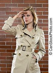 婦女, 在, a, trenchcoat, 上, a, 提防