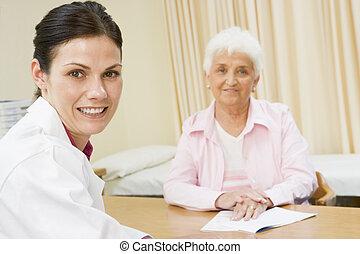 婦女, 在, doctor\'s, 辦公室, 微笑