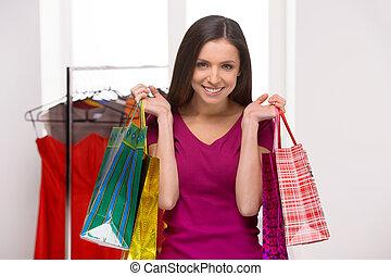 婦女, 在, the, 零售, store., 快樂, 年輕婦女, 藏品, 購物袋, 以及, 微笑