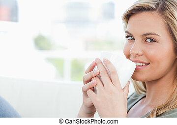 婦女, 她, 杯子, 嘴唇, 看, 當時, 微笑, 藏品, 向前