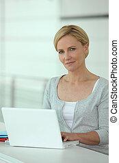婦女, 工作在, a, 白色, 便攜式電腦