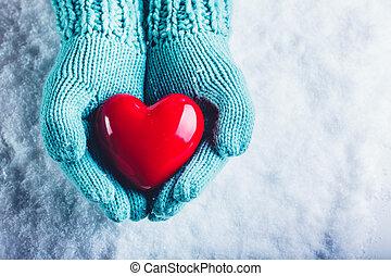 婦女, 手, 在, 光, 水鴨, 編織, 連指手套, 是, 藏品, a, 美麗, 有光澤, 紅的心, 在, a, 雪,...