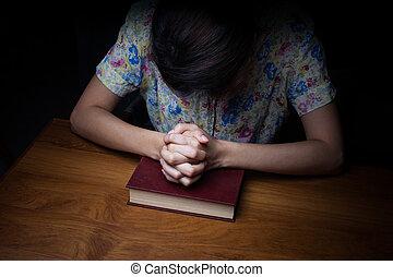 婦女, 手, 祈禱, 由于, a, 聖經
