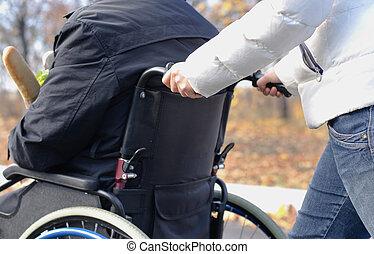 婦女, 推, a, 無能力人, 在, a, 輪椅