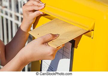 婦女, 插入, 信封, 在, 郵箱