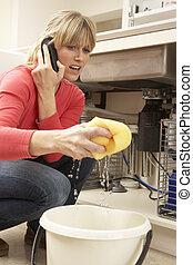 婦女, 擦, 向上, 滲漏, 洗滌槽, 在電話上, 到, 水暖工