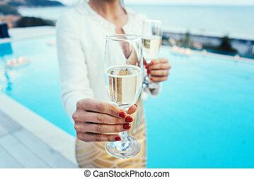 婦女, 攙扶, 玻璃, ......的, 汽酒, 在, 池, 以及, 海灘聯歡會