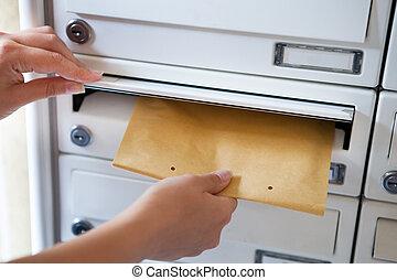 婦女, 放, 信封, 在, 郵箱