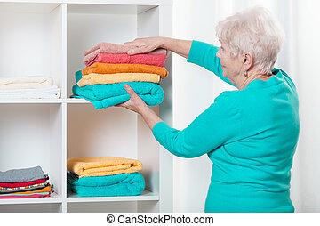 婦女, 放, 毛巾, 到, the, 架子