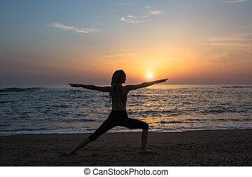 婦女, 瑜伽, evening., 鍛煉, 黑色半面畫像, 海灘, 海洋