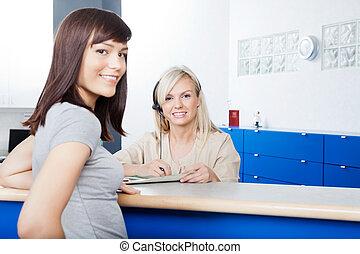 婦女, 由于, 接待員, 充滿, 形式, 在, 牙科醫生的辦公室