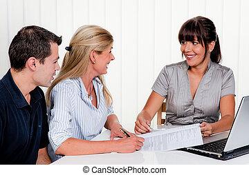 婦女, 簽署, a, 合同, 在, an, 辦公室
