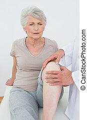 婦女, 被不快, 她, 得到, 檢查, 膝蓋, 年長者