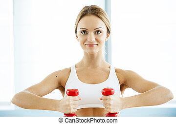 婦女, 訓練, 由于, dumbbells., 有吸引力, 年輕婦女, 藏品, dumbbells, 以及, 微笑, 在照像机