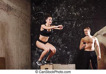 婦女, 跳躍, 上, 适合, 箱子, 由于, 男性, 教練