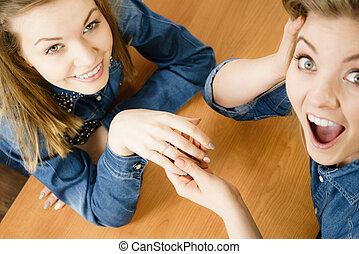 婦女, 顯示, 她, 朋友, 結婚戒指
