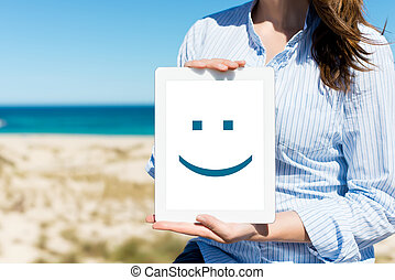 婦女, 顯示, 數字的藥片, 由于, 微笑的臉, 在, 海灘