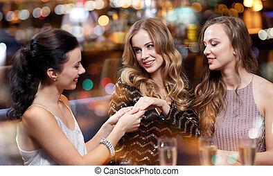 婦女, 顯示, 訂婚戒指, 到, 她, 朋友