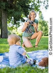婦女, 點, 圖片, ......的, 男嬰, 在公園