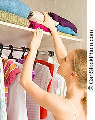 婦女, chooses, 衣服, 在, the, 衣櫃, 壁櫥, 在家