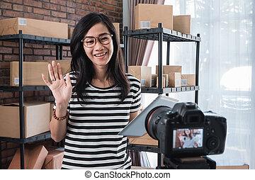 婦女, vlogging, 前面, 包裹, 架子