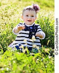 婴儿, 在中, 绿色的草