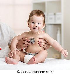 嬰孩, 在, 博士, 得到, 呼吸, 檢查, 由于, 聽診器