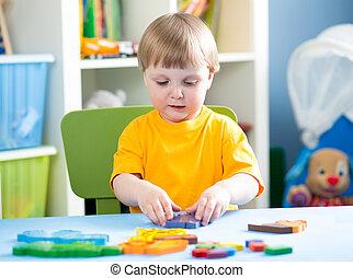 子が遊ぶ, ∥で∥, 困惑, おもちゃ, 屋内