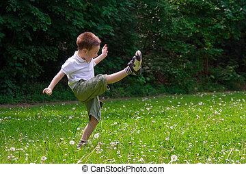 子が遊ぶ, 上に, 草