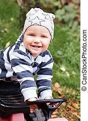 子が遊ぶ, 屋外で, 肖像画, 微笑, 運動場