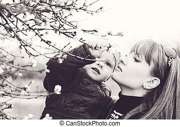子と一緒の女性, 中に, 春