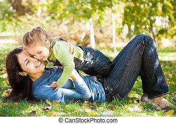 子と一緒の女性, 楽しい時を 過すこと, 中に, 秋, 公園