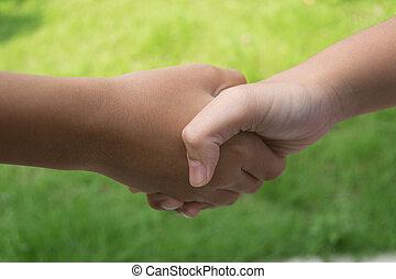 子供たちが手を持つ