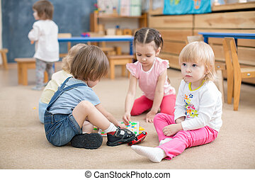 子供たちが遊ぶ, ゲーム, 中に, 幼稚園, 遊戯場