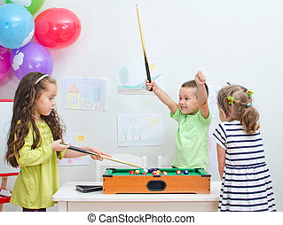 子供たちが遊ぶ, ミニ, ビリヤード, ∥において∥, 遊戯場