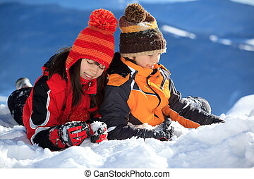 子供たちが遊ぶ, 中に, 雪