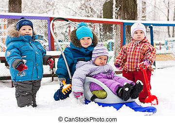 子供たちが遊ぶ, 中に, 雪, 屋外