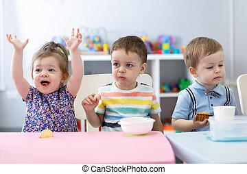 子供たちが食べる, 託児, centre., 幼稚園, 昼食, 持ちなさい, 子供