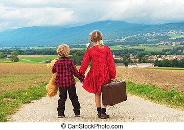 子供, かわいい, わずかしか, 古い, 彼女, 道, 大きい, テディ, 2, 歩くこと, 下方に, 熊, 保有物, スーツケース, 小さい, 女の子, ブラウン, 兄弟