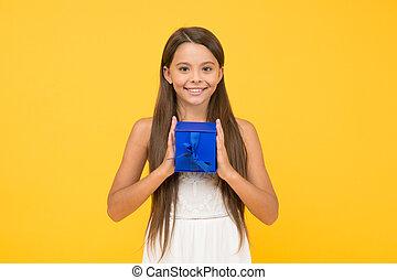 子供, のんびりしている, パーティー, celebration., childhood., monday., 微笑, 買い物, わずかしか, 夏, 準備ができた, holiday., 美しさ, 分け前, 子供, プレゼント, 行きなさい, 箱, 幸せ, box., 贈り物, うれしい, cyber