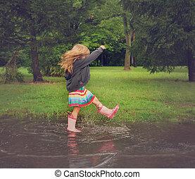 子供, はねかけること, 中に, 汚い, 泥, 水たまり