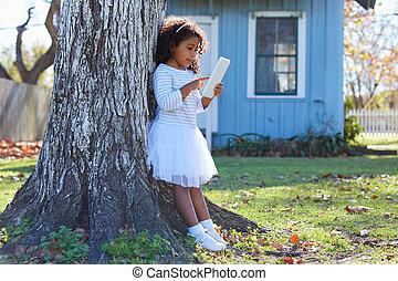 子供, よちよち歩きの子, 女の子, ∥で∥, タブレットの pc, 遊び, 屋外