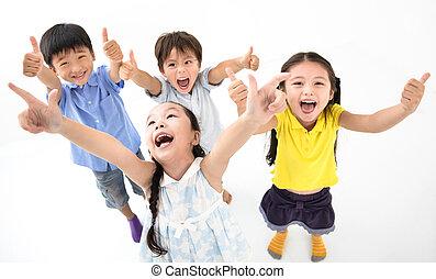 子供, グループ, 「オーケー」, 幸せに微笑する
