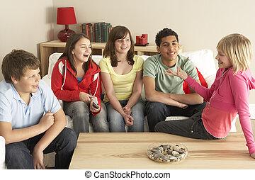 子供, グループ, 家, 談笑する