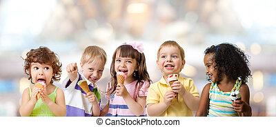 子供, グループ, 食べること, アイスクリーム, パーティーで, 中に, カフェ