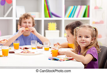 子供, テーブルの周りに, 食べること
