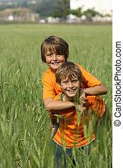 子供, フィットしなさい, 健康, ∥あるいは∥, 遊び, piggyback, 屋外で, 活動的, 子供, 幸せ