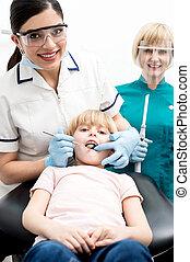 子供, 上に, 彼女, 歯医者の, 点検, 。