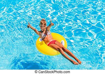 子供, 上に, 膨らませることができるリング, 中に, 水泳, pool.