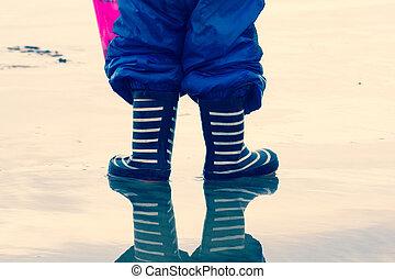 子供, 中に, a, 水たまり, の, 水, 身に着けていること, welly, ブーツ